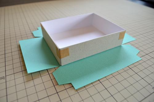 貼り紙に箱を載せる