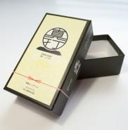【製作事例】カードゲーム箱(印刷+ニス+エンボスの貼箱)